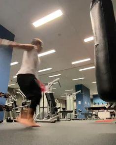 Self Defense Moves, Self Defense Martial Arts, Martial Arts Workout, Martial Arts Training, Gym Workout Chart, Gym Workouts, Academy Of Martial Arts, Martial Arts Techniques, Kickboxing Workout