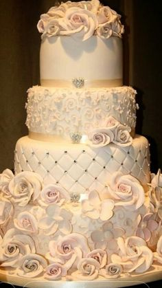 Wedding cakes can go from the most basic to the most complicated decorations; each has its own creative differences depending upon the imaginative juices of the baker. Fall Wedding Colors, Wedding Color Schemes, Best Couples Costumes, Amazing Costumes, Unique Costumes, Creative Costumes, Disney Costumes, Bolo Cake, Amazing Wedding Cakes