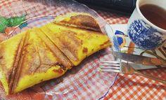 Ótima sugestão de lanche pra esse domingão  @Regrann from @ruanabalduino -  Panini low carb com chá de hibisco! Essa receita eu peguei no canal do youtube do @senhortanquinho  2 ovos 2 c.sp requeijão cremoso 2 c.sp queijo ralado Orégano e sal a gosto 2 c.c de fermento em pó  Mistura tuuuudo...unta um pirex de vidro com manteiga e despeja a massa. Leva no micro por 5 min(fica de olho pois pode variar). Depois coloque o recheio no meio e dobre(o meu foi carne seca e queijo amarelo) e leve na…