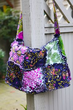I love the colors in this bag. I've made two rag bags without a pattern, this time I'll try one with the extra flap to make it an messenger bag. Rag Quilt Purse, Quilt Bag, Shirt Quilt, Sewing Crafts, Sewing Projects, Baby Rag Quilts, Fabric Purses, Diy Purse, Cute Bags