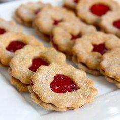 Tradiční linecké cukroví je základem české vánoční kuchyně, a tak jsem ho musela zkusit i ve fitness verzi s proteinem, ovšem úplně bez tuku a cukru. Na zvlhčení jsem použila jablečné pyré a slepila je domácí chia marmeládou z jahod. Kvůli absenci másla je samozřejmě chuť jiná, ale i tak si fitnessáci pochutnají. Christmas Candy, Xmas, Health Eating, Trifle, Nutella, Food And Drink, Low Carb, Healthy Recipes, Healthy Food