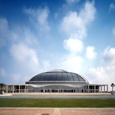 The 2019 Pritzker Prize has been awarded! Discover here the incredible work of Arata Isozaki, a Japanese architect. John Pawson, Arata Isozaki, Space Frame, Dome House, Islamic World, Museum Of Contemporary Art, Buddhist Temple, Concert Hall, Carnival