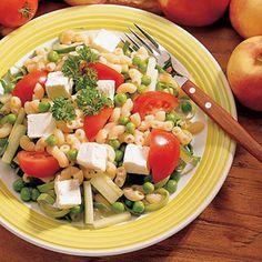 Fetamakaronisalaatti on vanhanajan pitopöytä salaatti kevennetymmällä kastikkeella ja fetajuustolla. Cobb Salad, Feta, Salad Recipes, Vegetarian Recipes, Cheese, Chicken, Recipes For Salads, Veg Recipes, Cubs