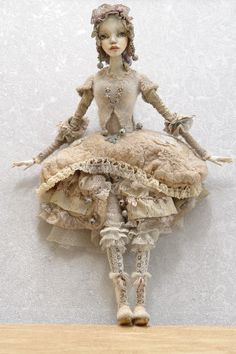 9 Ирина Дейнеко don't like historical dolls usually but I love this and the muted palette Pretty Dolls, Beautiful Dolls, Biscuit, Paperclay, Doll Maker, Soft Sculpture, Ooak Dolls, Ball Jointed Dolls, Vintage Dolls