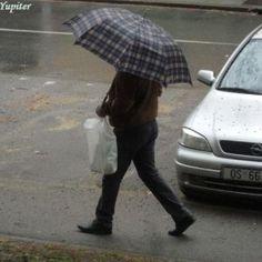 7 Ulicom prolaznici šeću kišobrane