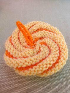 Des fins de pelotes acryliques vives, un montage en spirale, une petite accroche pour suspendre, et hop ! un geste écolo pour une...