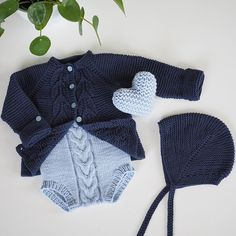 Diy Crafts - birkelue,kalinkaromper-~ Blue again And perfect match! bladrillejakke from knitsandpieces birkelue (med riller) from strikkezilla and Knitting For Kids, Baby Knitting Patterns, Baby Patterns, Baby Fur Vest, Baby Cardigan, Baby Shower Outfit For Guest, Knitted Baby Clothes, Culottes, Baby Sweaters