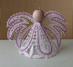 Anděl růžový Krajkový andílek na zavěšení výška 8cm, tentokrát v bílorůžové kombinaci. Andílka lze objednat v jakékoli barvě a množství. Autorský podvinek lze objednat vnitřní poštou.