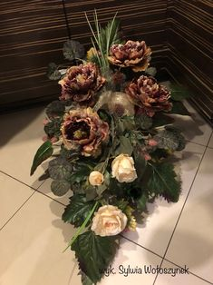 Grave Flowers, Funeral Flowers, Cemetary Decorations, Square Wreath, Christmas Flower Arrangements, Vegetable Garden Design, New Years Decorations, Flowers Perennials, Christmas Wreaths