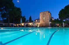 kæmpe villa med plads til 20 personer i Sitges. Her ses en stor pool hvor der kan svømmes baner