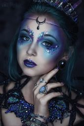 Gothic and Amazing, impressive make-up in blue and vio .-Gothic und Amazing, beeindruckendes Make-up in Blau- und Violetttönen – Gothic and amazing, impressive make-up in shades of blue and violet - Halloween Makeup Games, Halloween Makeup Looks, Halloween Costumes, Diy Halloween, Halloween Recipe, Fairy Costumes, Women Halloween, Halloween Projects, Halloween Decorations