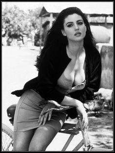 Monica Bellucci Movies, Monica Belluci, Simply Beautiful, Beautiful Women, Dead Gorgeous, Shotting Photo, Italian Actress, Poses, Celebs