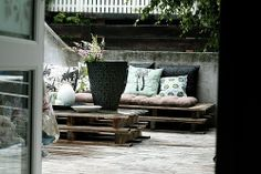 Loving furniture made out of pallets. What a creative and cost saving way to make seating for your backyard. Pallet Ideas, Outdoor Sofa, Outdoor Couch