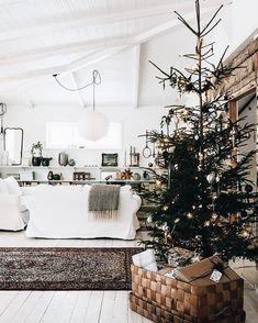 Nice 60 Beautiful Scandinavian Christmas Tree Decor Ideas Https Scandinavian Christmas Decorations, Nordic Christmas, Noel Christmas, Modern Christmas, Rustic Christmas, Simple Christmas, Christmas Tree Decorations, Holiday Decor, White Christmas