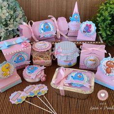 Tubete Galinha Pintadinha Lembrancinha Rosa e Azul no Baby Box, Ideas Para Fiestas, 2nd Birthday Parties, Favor Boxes, Candy Colors, First Birthdays, Maya, Favors, Alice