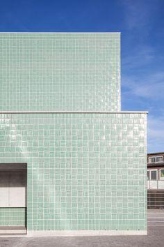 Areal Architecten, Tim Van de Velde · Open Primary School in Boom Brick Architecture, School Architecture, Architecture Details, Interior Architecture, Brick Cladding, Brickwork, Materials And Structures, Glazed Brick, Building Facade