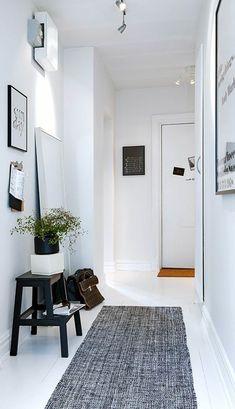 petite entrée blanche planchers blancs et tapis gris, meuble d'entrée en bois…