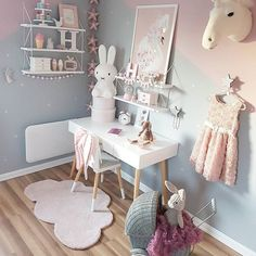 Baby nursery decor ideas - Ideas de decoración para la habitación del bebé -Jaja, Det kommer seg saaakte men sikkert Håper dere har hatt en fin dag im getting there slowly but surely --- #monolono #skyteppe #littlegreyse #girlander #gullbarn #smykkeskrin #brigbys #dyretrofé #enhjørning #schookart #swan #thatsminedk #lirumlarumleg #numero74#miffy #barnerom #søstrenegrene #shelfie #jollyroom #kidsroom #playroom #kidsstyle #girlsroom #princess #jenterom #fashion #bedroom #pink #kinderzimmer…