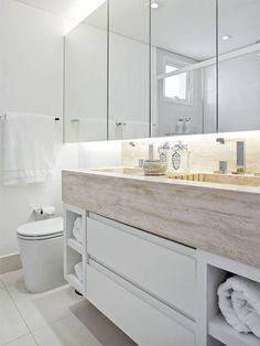 A limitação de espaço nestes banheiros foi contornada com grandes espelhos, bancadas econômicas, nichos no lugar certo e muito capricho no visual.
