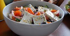 Składniki: 6 średnich pomidorów; 1 średni ogórek wężowy; Opakowanie sera feta dobrej jakości (waga netto, po odcedzeniu 270 g); Gar...