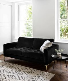 People are often too scared to take a black sofa in house because they think it won't match their style or that it would be too dark. But I'm here to proof that's wrong and that there are multiple ways to style a black sofa. Black And White Living Room, Room Design, Living Room Sofa, Couches Living Room, Black Sofa, Black Modern Sofa, Furniture Arrangement, Black Couch Living Room, Black Sofa Living Room Decor