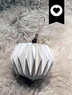 Boule plissée origami réalisé grâce à ce tuto : http://giochi-di-carta.blogspot.fr/2015/01/new-origami.htm