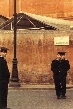 Saul Leiter: Sailors, Rome (1959)