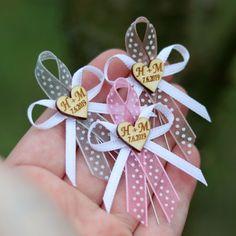 Svatební mašlička puntíky se SRDÍČKEM s INICIÁLY Flower Diy, Diy Flowers, Corsage, Babyshower, Diy Crafts, Bows, Wedding Ideas, Christmas Ornaments, Stone