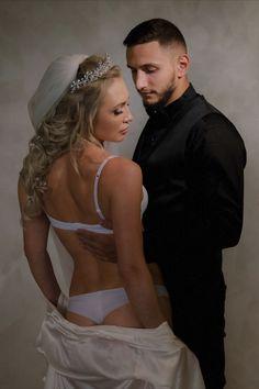 Salutare! Eu sunt Mihai Roman, Povestitorul de nunti, iar daca te inspira aceasta imagine, te invit sa o salvezi intr-unul dintre panourile tale #wedding, #buchetdemireasa, #ideinunta, #nunta #flowers, #mireasa, #weddingbouquet, #voalmireasa, #ideibuchetmireasa #cununiecivila, #savethedate, #ideisedintafoto, #fotografnunta #ideirochiemireasa #weddingday Wedding Pics, Wedding Day, Wedding Dresses, Bride Flowers, H Style, Storytelling, Wedding Inspiration, Wedding Photography, In This Moment