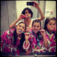 Você Sabia que a mãe da Mili postou uma foto das meninas escovando os dentes na festa da pijama?