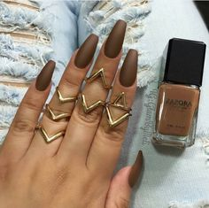1. I would never have thought matte brown nails would look so epic.