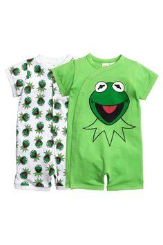 Lot de 2 pyjamas: Deux pyjamas en doux jersey de coton avec impression. Manches et jambes courtes. L'un avec fermeture…