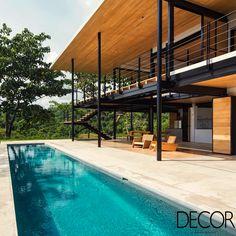 Revestida em madeira, morada apresenta soluções sustentáveis que oferecem maior conforto aos proprietários. Além disso, a arquitetura está integrada à encantadora paisagem da cidade de Puntarenas, na Costa Rica.