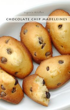 Chocolate chip madeleines for holiday treat. Delicious French mini spongy cake. - Eugenie Kitchen #eugeniekitchensweets #eugeniekitcheneasy