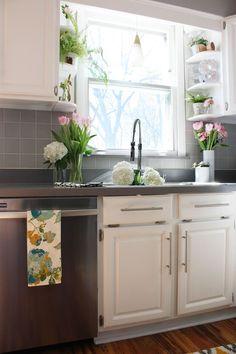27 Trendy kitchen window over sink ideas open shelving Kitchen Window Shelves, Kitchen Window Valances, Kitchen Corner, Kitchen Redo, New Kitchen, Open Shelves, Kitchen Window Decor, Kitchen Sinks, Kitchen Ideas