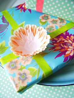 Add a lovely paper flower to a brightly wrapped gift #giftwrapping #paperflower #emballagecadeau