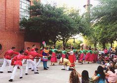 Tardes de #FAMILIARTE! El Ballet Folklórico Monterrey nos adentra a una aventura en el Jardín del Grillito...Cri-Cri trae a tu familia y disfruten juntos de este jueves en el Centro De Las Artes. 18:00 | Entrada libre #AgendaCONARTE #CONARTEFamilia