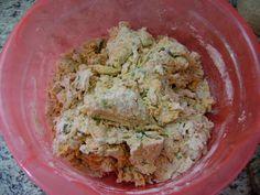 Bom demais! Ingredientes: - 5 xícaras de chá de farinha de trigo branca - 1 cenoura média ralada - 1/2 xícara de chá de alho poró picado - 1...