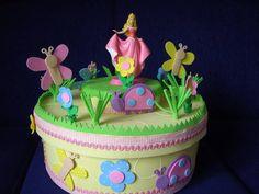 Caixa de bolo de isopor, revestida com E.V.A., em cores pastéis. Modelo jardim para bebês, pode ser colocado outros personagens ou números. Pode ser feita também em caixa retangular no valor R$ 86,00. R$ 77,00