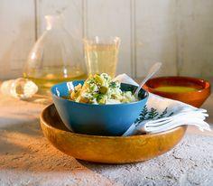 Erdnüsse sind nicht nur ein feiner Knabbersnack. In der asiatischen Küche werden sie auch in pikanten Gerichten eingesetzt, zum Beispiel zu Reis und Avocado an einer Currysauce.