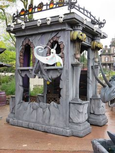 Disneyland Paris Halloween 2014 - cool mausoleum idea Halloween Yard Props, Halloween Camping, Halloween Graveyard, Scary Halloween Decorations, Halloween 2014, Halloween Projects, Disney Halloween, Halloween Stuff, Halloween Ideas