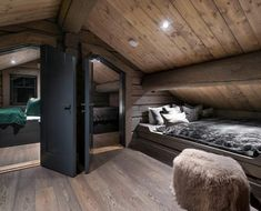 75soverom Modern Cabin Interior, Modern Rustic Homes, Attic Bedroom Designs, Tiny House Loft, Chalet Design, Modern Mountain Home, Loft Room, Rustic Room, Log Cabin Homes
