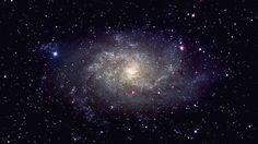 """Das Auge Gottes-Der Helix-Nebel (Bild) markiert das Ende eines Sterns, dessen Überrest als weißer Punkt im Zentrum des Nebels erkennbar ist. Seine Gashülle hat sich bereits in der Umgebung verteilt und wird durch die Strahlung des noch immer mehr als 100.000 Grad Celsius heißen Sternenrests zum Leuchten gebracht. Der Helix-Nebel ist etwa 700 Lichtjahre entfernt und befindet sich im Sternbild Wassermann. Manche sagen dazu auch, es sei """"das Auge Gottes"""", nachdem ein Bild, das mit dem…"""