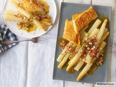 Simple Sachen machen uns glücklich: Spargel mit Radieschen-Vinaigrette und Omelett.