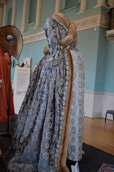 I adore this Georgian maternity dress! We so rarely get to glimpse how ladies dressed in days of yore, when they were with child. #maternity #pregnant #Georgian #dress #costume #1700s #beautiful #gown