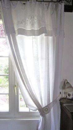 Un rideau fait d'un drap ancien avec son embrasse. (Secrets de tiroirs)