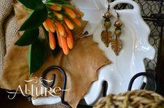 Aretes con cuentas de cerámica y cristal y hojas de metal pintadas a mano. Precio: 5.000 colones / $ 10.00 CDI: 1-00011 #diseñounico #handmadejewerly #allure #joyeriadeautor #hechoamano  #diseñotico #originaldesigns #allurebysc #jewerly #craftjewelry #hechoencostarica #costarica #regaloespecial