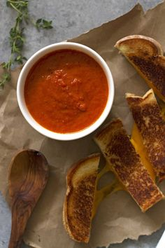 Creamy, wholesome homemade tomato grilled cheese soup -- the ultimate soup and sandwich combination for a comfy-cozy meal. I Love Food, Good Food, Yummy Food, Tasty, Le Diner, Food Goals, Aesthetic Food, Food Cravings, Food Inspiration