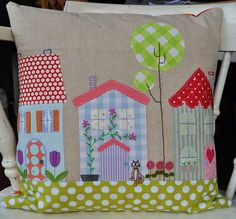 Applique pillow from Sarah by Roxy Creations Applique Cushions, Patchwork Cushion, Sewing Pillows, Quilted Pillow, Diy Pillows, Pin Cushions, House Quilts, Fabric Houses, Fabric Crafts