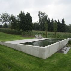 Retained wall pool im garten am hang Hillside pool cement exposed above partial ground pool Modern Landscaping, Pool Landscaping, Modern Pergola, Diy Pergola, Outdoor Pool, Outdoor Gardens, Hillside Pool, Pool Water Features, Swiming Pool